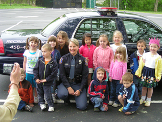 Photo of Grand Rapids Police Department officer with children from a local school