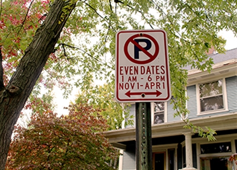 Photo of an Even Dates parking restrictions sign in the Heritage Hill neighborhood